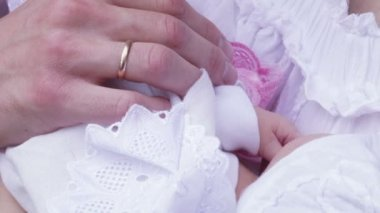 Newborn baby girl on hands at parents. — Stok video