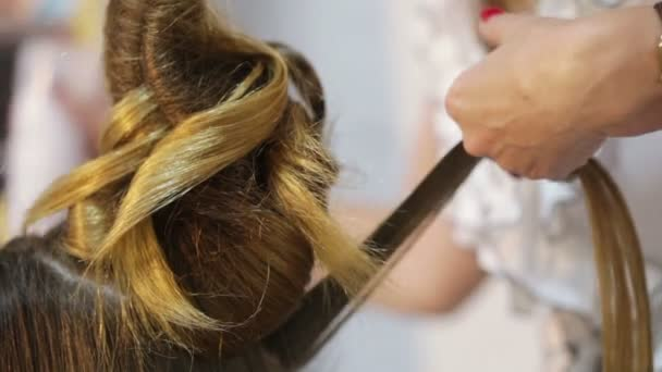 Hairdresser makes hairstyle — Vídeo de stock