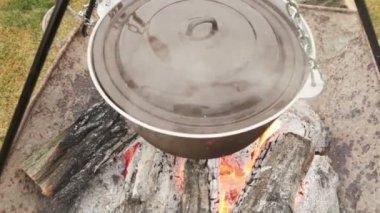 Cast iron pot  an  fire — Stock Video