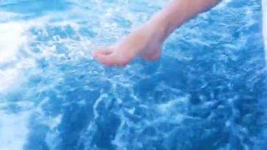 Foot girl cuts the waves — Vidéo