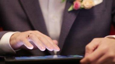 Groom on tablet — Stock Video