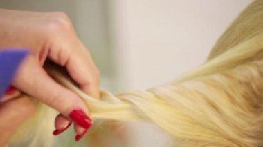 Weaving braids blonde — Stock Video