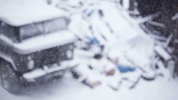 Pasando el patio de nieve — Vídeo de stock
