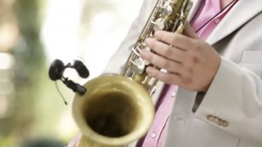 Tocando saxofone — Vídeo stock