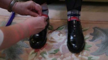 Tying shoelaces teen — Stock Video