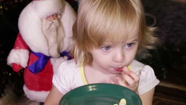Niño come escamas — Vídeo de stock