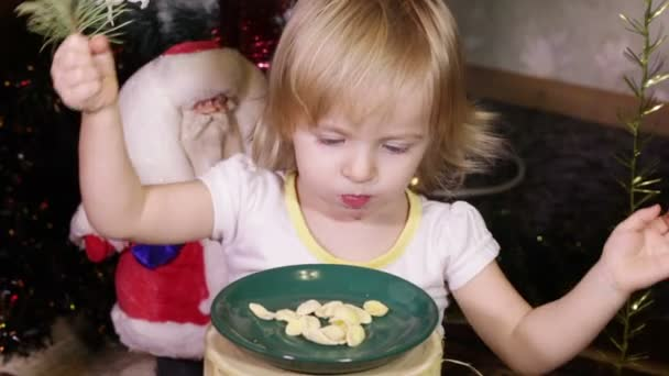 Child eats flakes — Vídeo de stock