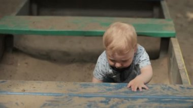 Mom with baby sandbox — Stock Video