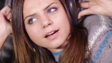 ヘッドフォン ソファで女の子をリラックスします。 — ストックビデオ