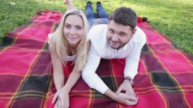 Veselý pár na pikniku — Stock video