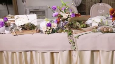 Table decoration with flowers — Stock Video