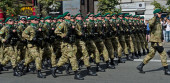 Ukrainian soldiers marching at the military parade — Stock Photo