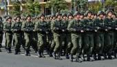 Украинские солдаты маршируют на военном параде — Стоковое фото