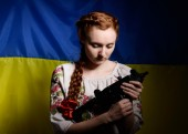Ukrainian girl with a machine gun — Stockfoto