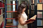 W bibliotece — Zdjęcie stockowe