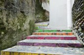 Stair-step bent passage between the old walls — Stock Photo