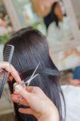 Brunette at the hair salon — Stockfoto