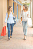Friends shopping at the weekend — Stock Photo