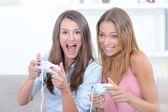 Dos mujeres jugando juegos de video — Foto de Stock