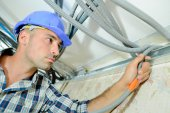 Skilled electrician wiring a house — Stockfoto