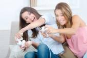 两个女人玩视频游戏 — 图库照片