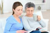 Reading to an old lady — Stock Photo
