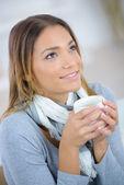 女人在家里喝杯咖啡 — 图库照片