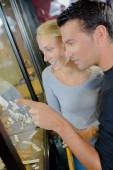 Couple shopping for expensive jewellery — Stock Photo