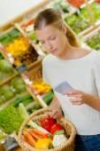 女性は、彼女のショッピングのリストをチェック — ストック写真