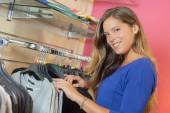 Dame de navigation dans la boutique de vêtements — Photo