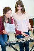 Woman being taught the xylophone — Stock Photo