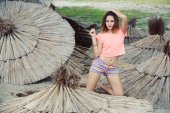 Красивая молодая женщина, наслаждаясь летний день — Стоковое фото