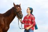 Meisje met het paard — Stockfoto