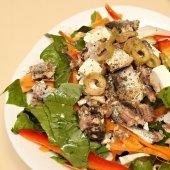 Delicious mediterranean-style salad — Stock Photo