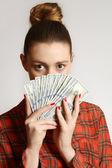 Mulher segurando notas de dólar — Foto Stock