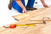 Man laying laminate flooring — Stock Photo