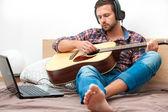 Tocando guitarra acústica músico — Foto de Stock