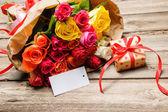 Demet gül ve hediye kutusu boş bir etiket ile — Stok fotoğraf