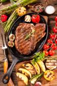 Beef steaks with grilled vegetables — Stock Photo