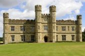 Main facade of Leeds castle, Maidstone, England — Stock Photo