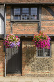 Flowers, bricks and wattle house, Henley on Thames  — Stock Photo