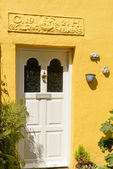Door of yellow old cottage at Clovelly, Devon — Stock Photo