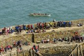 Viewers on seawall and  rowing boat at Clovelly, Devon — Stock Photo