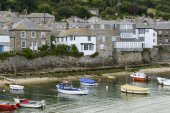 boats and houses in Musehole harbour, Cornwall — Stock Photo