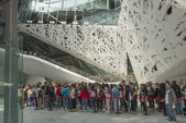 Queueing inside Italia Palace, EXPO 2015 Milan — Stock Photo