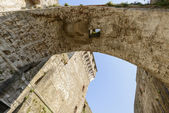 Underneath of arched stone passage at Sarzanello fortress, Sarza — Stock Photo
