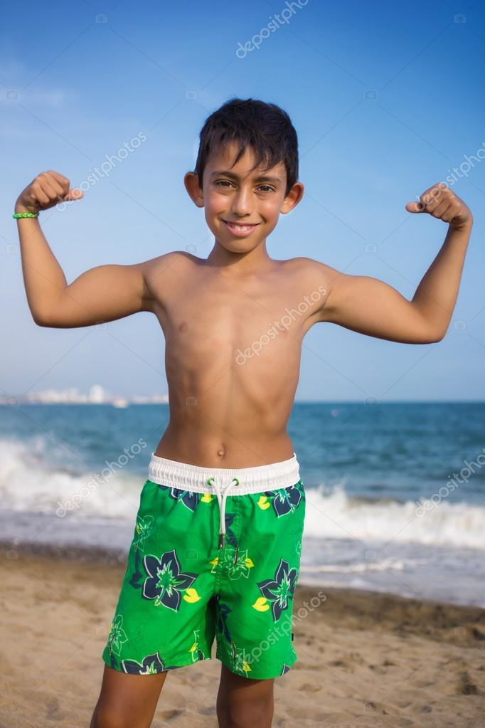 hubsche jungen am strand .
