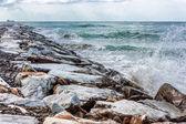 在多石的海滩上的海浪 — 图库照片