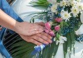Svatební pár zobrazeno kroužky — Stock fotografie