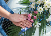 Wedding couple showing rings — Stock Photo